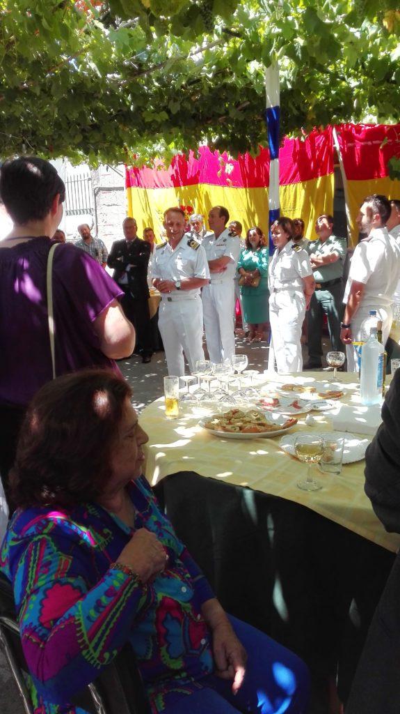 Comandande con invitados en el jardin durante el brisdis por el dia de la Patrona